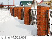 Купить «Сугроб у забора», фото № 4528609, снято 23 марта 2013 г. (c) Александр Романов / Фотобанк Лори