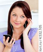 Симпатичная девушка слушает плеер. Стоковое фото, агентство Wavebreak Media / Фотобанк Лори