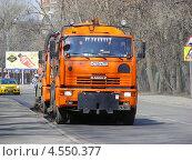Мусороуборочные машины идут по дороге, улица Петровско-Разумовская аллея, Москва (2013 год). Редакционное фото, фотограф lana1501 / Фотобанк Лори