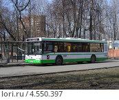 Городской автобус на остановке, улица Красноармейская , Москва (2013 год). Редакционное фото, фотограф lana1501 / Фотобанк Лори