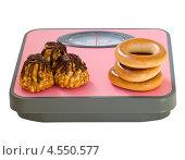 Купить «Пирожное и баранки на напольных весах», фото № 4550577, снято 13 апреля 2013 г. (c) Инна Грязнова / Фотобанк Лори