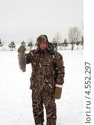 Мужчина демонстрирует пойманную форель. Стоковое фото, фотограф Андрей Некрасов / Фотобанк Лори