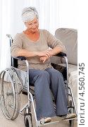 Купить «Задумчивая пожилая женщина в инвалидной коляске в домашней обстановке», фото № 4560745, снято 1 ноября 2010 г. (c) Wavebreak Media / Фотобанк Лори