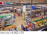 Купить «Торговый зал супермаркета. Вид сверху», эксклюзивное фото № 4562173, снято 18 апреля 2013 г. (c) Алёшина Оксана / Фотобанк Лори