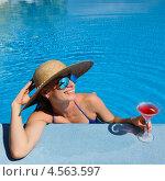 Женщина в бассейне с коктейлем. Стоковое фото, фотограф Николай Охитин / Фотобанк Лори