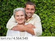 Взрослый сын обнимает свою пожилую маму. Стоковое фото, агентство Wavebreak Media / Фотобанк Лори