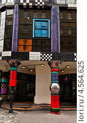 Купить «Австрия. Венский Дом Искусств – KunstHausWien. Наборные цветные колонны у входа в музей  Хундертвассера», фото № 4564625, снято 1 апреля 2013 г. (c) Виктория Катьянова / Фотобанк Лори