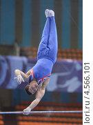 Купить «Ashley Watson, Великобритания выполняет упражнение на перекладине на Чемпионате Европы по спортивной гимнастике», фото № 4566101, снято 21 апреля 2013 г. (c) Stockphoto / Фотобанк Лори