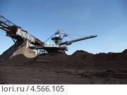 Купить «Крутонаклонный консольный штабелер на гусеничном ходу для перевалки угля», эксклюзивное фото № 4566105, снято 27 апреля 2013 г. (c) Валерий Акулич / Фотобанк Лори