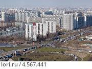 Купить «Вид сверху на развязку на МКАД и жилые дома микрорайона в Восточном Бирюлеве города Москвы около МКАД», эксклюзивное фото № 4567441, снято 19 апреля 2013 г. (c) Николай Винокуров / Фотобанк Лори