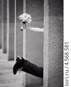 Нога жениха и рука невесты со свадебным букетом. Стоковое фото, фотограф Елена Ефимова / Фотобанк Лори