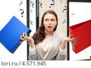 Купить «Уставшая офисная сотрудница с папками в руках», фото № 4571945, снято 16 июля 2011 г. (c) Syda Productions / Фотобанк Лори