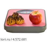 Купить «Яблоко и печенье на напольных весах», фото № 4572681, снято 13 апреля 2013 г. (c) Инна Грязнова / Фотобанк Лори