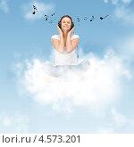 Купить «Счастливая девушка слушает музыку, летая в облаках», фото № 4573201, снято 21 августа 2019 г. (c) Syda Productions / Фотобанк Лори