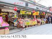 Купить «Маленький японский магазинчик с сувенирами на улице Nakamise-dori, храм Senso-ji, Токио, Япония», фото № 4573765, снято 10 апреля 2013 г. (c) Кекяляйнен Андрей / Фотобанк Лори