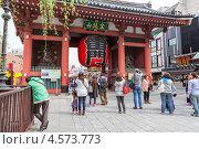 Купить «Главный вход в святыню Senso-ji с красными воротами Kaminarimon, Tokyo, Japan», фото № 4573773, снято 10 апреля 2013 г. (c) Кекяляйнен Андрей / Фотобанк Лори