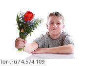 Счастливый мальчик с цветами. Стоковое фото, фотограф Peredniankina / Фотобанк Лори