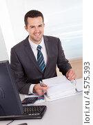 Купить «Жизнерадостный привлекательный бизнесмен работает за компьютером», фото № 4575393, снято 6 мая 2012 г. (c) Андрей Попов / Фотобанк Лори