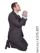 Купить «Бизнесмен со скованными цепью руками стоит на коленях», фото № 4575497, снято 6 мая 2012 г. (c) Андрей Попов / Фотобанк Лори