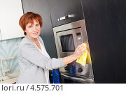 Купить «Женщина убирается на кухне», фото № 4575701, снято 22 марта 2013 г. (c) Гладских Татьяна / Фотобанк Лори
