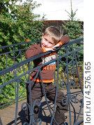 Мальчик на мостике. Стоковое фото, фотограф Ольга Бережнова / Фотобанк Лори