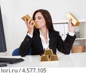 Купить «Веселая темноволосая деловая женщина с золотыми слитками в офисе», фото № 4577105, снято 7 июня 2012 г. (c) Андрей Попов / Фотобанк Лори