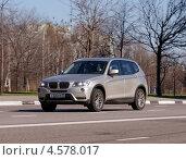 Купить «Мощный немецкий автомобиль BMW X5 мчится по дороге», фото № 4578017, снято 29 апреля 2013 г. (c) Павел Кричевцов / Фотобанк Лори
