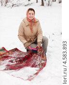 Купить «Молодая женщина чистит ковёр на снегу», фото № 4583893, снято 5 декабря 2012 г. (c) Яков Филимонов / Фотобанк Лори