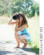 Купить «Девушка фотографирует сидя на корточках босиком», фото № 4587161, снято 12 августа 2011 г. (c) Яков Филимонов / Фотобанк Лори