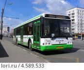 Купить «Автобус № 52 идет по Щелковскому шоссе, Москва», эксклюзивное фото № 4589533, снято 26 апреля 2013 г. (c) lana1501 / Фотобанк Лори