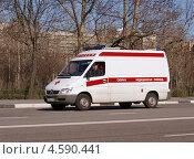 Купить «Детская скорая медицинская помощь торопится на вызов», фото № 4590441, снято 29 апреля 2013 г. (c) Павел Кричевцов / Фотобанк Лори