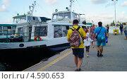 Посадка на морской трамвай в Севастополе (2012 год). Редакционное фото, фотограф Елена Камнева / Фотобанк Лори