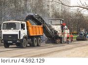 Снятие старого асфальта фрезерной машиной Wirtgen с дороги (2013 год). Редакционное фото, фотограф Алёшина Оксана / Фотобанк Лори