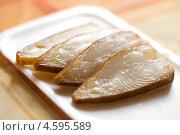 Купить «Кусочки рыбы на разделочной доске», фото № 4595589, снято 19 августа 2010 г. (c) Елена Архангельская / Фотобанк Лори