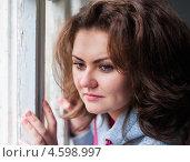 Купить «Симпатичная девушка задумчиво смотрит в окно», эксклюзивное фото № 4598997, снято 5 мая 2013 г. (c) Игорь Низов / Фотобанк Лори