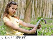 Девушка читает книгу в весеннем лесу. Стоковое фото, фотограф Mykhaylo Mykulyak / Фотобанк Лори