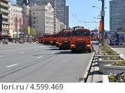 Мусороуборочные машины убирают улицу после репетиции парада в честь Дня Победы, Москва 7 мая 2013, эксклюзивное фото № 4599469, снято 7 мая 2013 г. (c) lana1501 / Фотобанк Лори