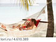 Купить «Влюбленная пара с коктейлями в гамаке на пляже», фото № 4610389, снято 4 января 2013 г. (c) Monkey Business Images / Фотобанк Лори