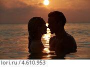 Силуэт влюбленной пары в воде на закате. Стоковое фото, фотограф Monkey Business Images / Фотобанк Лори