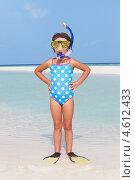 Купить «Забавная девочка в ластах и маске на пляже», фото № 4612433, снято 6 января 2013 г. (c) Monkey Business Images / Фотобанк Лори