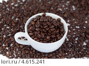 Купить «Вид сверху на кофейную чашку, полную зерен кофе, стоящую среди зерен кофе», фото № 4615241, снято 16 марта 2011 г. (c) Wavebreak Media / Фотобанк Лори