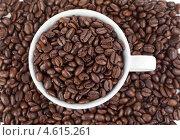 Купить «Вид сверху на белую кофейную чашку, полную зерен кофе, стоящую среди зерен кофе», фото № 4615261, снято 16 марта 2011 г. (c) Wavebreak Media / Фотобанк Лори