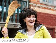 Купить «Весёлая женщина с веником в руке на улице», эксклюзивное фото № 4622613, снято 5 мая 2013 г. (c) Игорь Низов / Фотобанк Лори