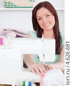 Купить «Улыбающаяся девушка шьет на машинке», фото № 4626681, снято 13 мая 2011 г. (c) Wavebreak Media / Фотобанк Лори