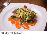 Купить «Салат с семгой,огурцом,зеленью и кунжутом», фото № 4631241, снято 23 мая 2012 г. (c) Gagara / Фотобанк Лори
