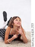 Мечтательная девочка лежит на полу. Стоковое фото, фотограф Daniil Nikiforov / Фотобанк Лори