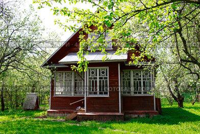 Купить «Дачный домик на зеленой лужайке в окружении цветущих деревьев», эксклюзивное фото № 4632765, снято 15 мая 2013 г. (c) Яна Королёва / Фотобанк Лори