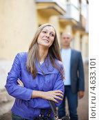 Купить «Мужчина пытается познакомиться с женщиной на улице», фото № 4633101, снято 1 сентября 2012 г. (c) Яков Филимонов / Фотобанк Лори