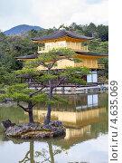 Купить «Вид на Золотой Павильон (Kinkaku-ji) со стороны обзорной площадки. Киото, Япония», фото № 4635069, снято 12 апреля 2013 г. (c) Кекяляйнен Андрей / Фотобанк Лори