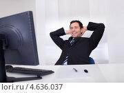 Купить «Торжествующий радостный бизнесмен за монитором компьютера», фото № 4636037, снято 14 июля 2012 г. (c) Андрей Попов / Фотобанк Лори